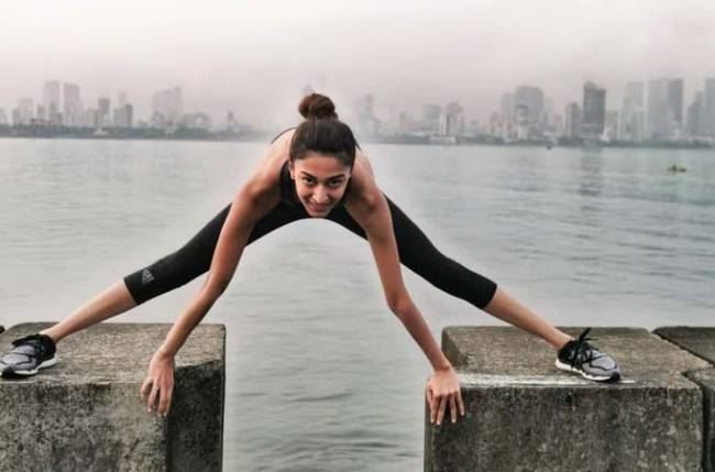 Kasautii Zindagii Kay's Erica Fernandes works out in STYLE; showcases her SPORTY side