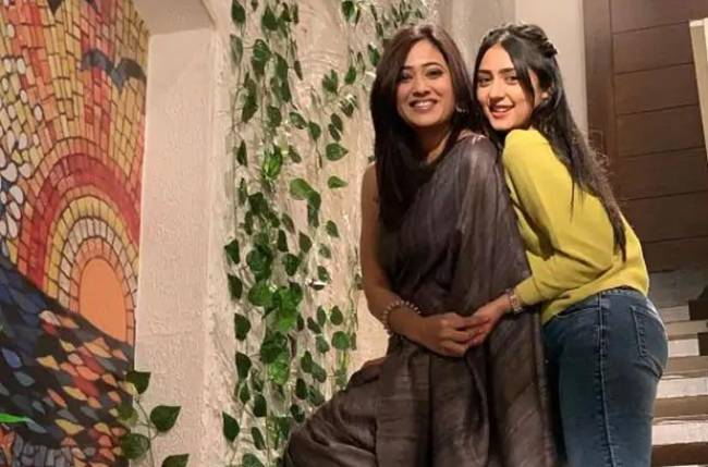 Shweta Tiwari resumes shooting for Mere Dad Ki Dulhan; Poses for a quirky yet safe selfie with Anjali Tatrari