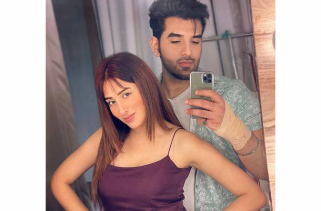 Check out the behind scenes of Mahira Sharma and Paras Chhabra from their upcoming shoot