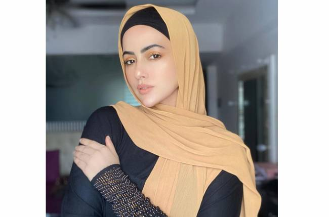 Former Bigg Boss contestant Sana Khan undergoes COVID test at Srinagar airport