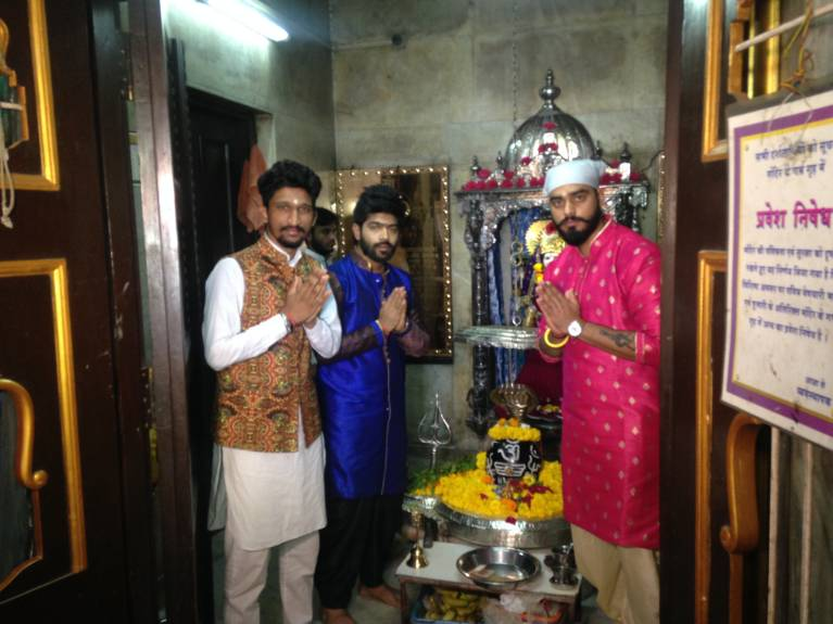 Indian Idol 9 Contestants make a 'SPECIAL' offering to Lord Shiva!