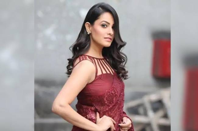 Check out how Anita Hassanandani learns pole dancing