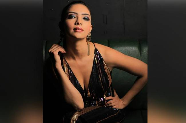Pooja Banerjee receives a gift from her co-star Aamna shariff