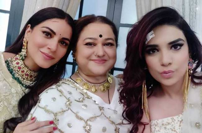 Kundali Bhagya sisters Anjum Fakih-Shraddha Arya workout together on the set but there's a twist!